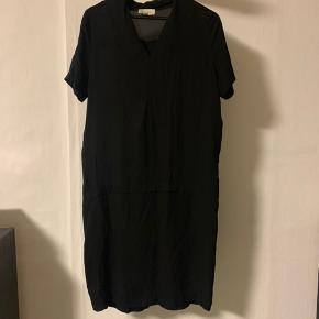 Fineste Kokoon Nikka dress i 100% silke. Sælger da jeg ikke får den brugt mere, og ønsker den er nyt hjem. Den fejler ingen ting og fremstår som ny. Køber betaler selv fragten :-)   BEMÆRK! at kjolen jeg sælger er i farven sort og ikke beige