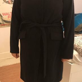 Lækker blød og varm frakke i uld og polyester, lukkes med knapper og har lommer og bindebånd. Kom endelig med et bud.