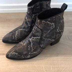 Fin snake printet boot fra Via Vai, støvler er i en grå grøn farve.  De er med lynlås og spids snude.  Nypris 1599,-  Bytter ikke.