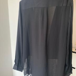 Delvis transparent skjorte fra Samsøe Samsøe. Mærket er klippet ud, men den er oversize og passer både M og L.