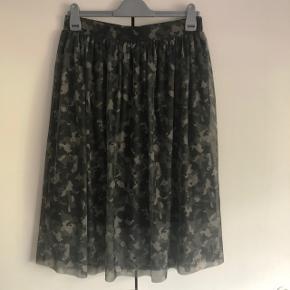 Sælges helt ny camouflage nederdel fra Vero Moda i str. L og den har aldrig været brugt. Kom med et bud.