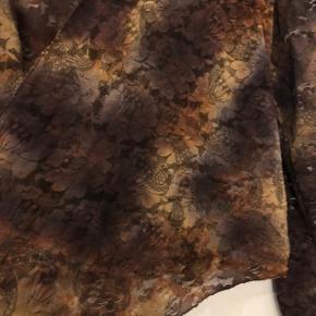 Utrolig smuk blondejakke i changerende brune/gyldne nuancer. Kan bindes eller hænge løs.  Hentes i Farum eller sendes på købers regning.