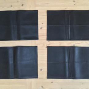 4 stk dækkerservietter i læderlook de fremstår i flot stand ,brugt begrænset 48 x 30 Sælges samlet Np pr stk 49,95 kr