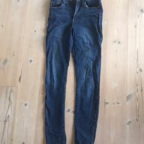 Mørkeblå jeans fra Vero Moda, brugt enkelte gange.   Str: S 32 (benlængde), har god strech og sidder generelt rigtig pænt.  Pris: 70 pp