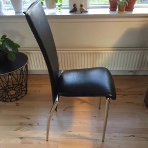 """Sorte læder """"look"""" stole ☺️ 50 kroner pr stk."""