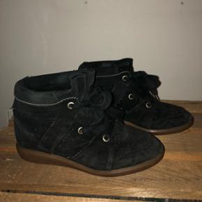 SOLGT!!!Sælger mine Isabel Marant Bobby i sort hvis det rigtige bud kommer. Jeg har købt dem brug i god stand og har ikke brugt dem siden. Derfor har jeg dog heller ikke kvitteringen. Jeg kan dog stå helt inde for at de er ægte hvilket man også kan se da mærket står nede i skoen og nedenunder skoen også.