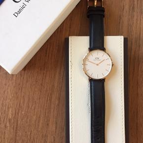Ur fra Daniel Wellington sælges. Jeg har haft det i flere år, men hvor det bare har været i æsken. Sort rem med rosa skive. Uret skal have nyt batteri.