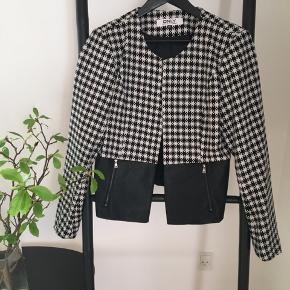 """Kort fin jakke med """"skind"""" forneden hvor den er sort.  Fra ikke rygere hjem"""