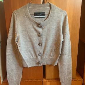 Grå Malene Birger cardigan  Lidt kort i modellen med de fineste knapper Lavet af 100% uld