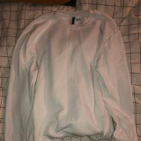 Lækker hvid sweatshirt fra H&M i str. L