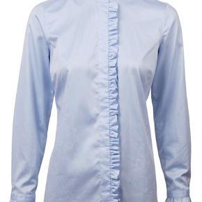 Skøn lyseblå skjorte fra Stenstrøms med flæsekanter... indsnit i ryggen  Super fin kvalitet i 100% Bomuld.. Sidder fantastisk.. skjorten er str. 42 Bytter ikke!