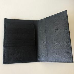Skønneste pasholder fra Prada. Man kan opbevare kort og sædler i de små lommer.  Jeg har fået den i gave for omkring 3 år siden. Den har aldrig været brugt og fremstår derfor helt ny.  Pris 1400