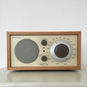 Tivoli Model One FM/AM retro radio designet af Henry Kloss i lyst træ. On/off knap har en revne, som er limet (se billede). Fungerer som den skal.