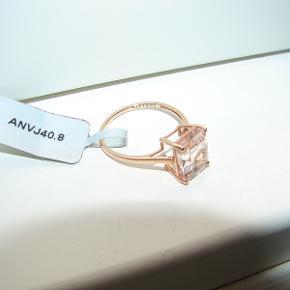 Flot rosa guld ring, med en stor Morganite sten på 10 x 8 mm. Ringen er i 10 karat rosa guld og er stemplet 417 for 10k. Er købt hos Gemporia og er en str 19.5 mm / DK 61.5.