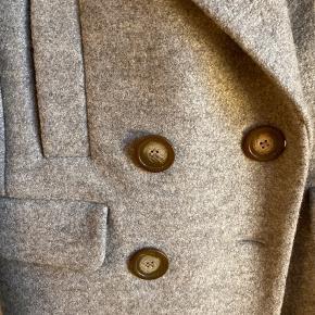 Frakke fra H&M str 36 (passer S-M, 36-38) med pæne detaljer