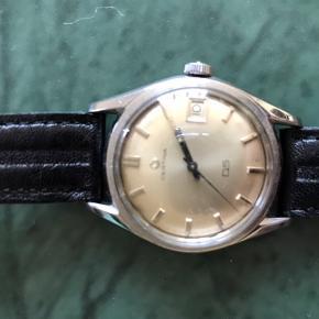 Jeg sælger mit CERTINA Retro herreur. Uret er dateret til omkring 1950erne. Det er serviceret for et år siden, da jeg selv købte det der. Jeg sælger udelukkende grundet at jeg har investeret i et nyt. Uret måler 35mm. Flot sort læderrem. Kontakt mig på 60 21 56 95  Vh Andreas