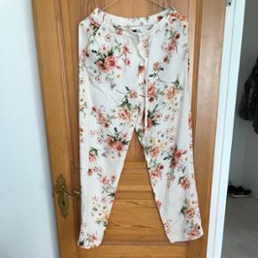 Bukser fra ZARA. Aldrig brugt, kun prøvet. Nypris 300 kr.