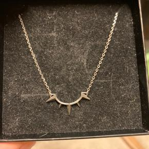 Virkelig fin halskæde fra Maria Black - Toto necklace i oxideret sølv. Virkelig fin og elegant!  Nypris 1000kr