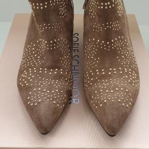 Lækker støvle i ruskind med guld lynlås-detalje og nitter. Støvlen er ikke bare flot, men også meget behagelig med en hælhøjde på 4,5 cm. Farve toffee