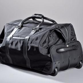 Sort rejsetaske fra Birger Christensen. Kraftig nylon med håndtag i læder.  Mål: 65 x 34 x 40 cm.