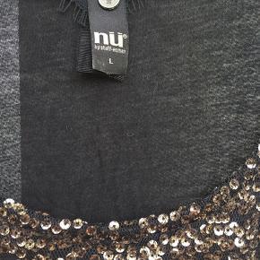 Sød sort top med bronze farvet palietter. Der er sort tyl uden på palietterne så  man river sig ikke på dem