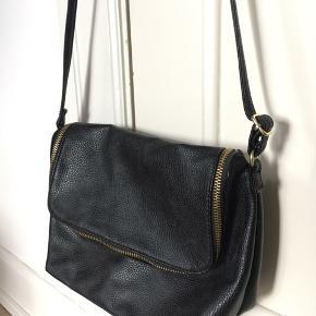 Sort taske fra H&M med justerbar strop og lille inderlomme. Måler 8 x 18 x 23 cm og kan rumme meget. Kun brugt få gange.  - Pris: 79kr. - Kommer fra ikke-ryger hjem - Køber betaler fragt