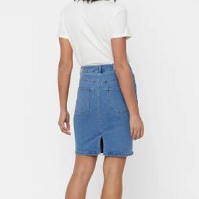Blå denim nederdel i stretch materiale med slids bag på fra Vero Moda. Brugt få gange.