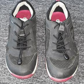Ecco Biom sneakers i str. 30. Med Goretex, så derfor vandtætte. I pæn stand. Fra røg-, dyre- og pafumefrit hjem.  Afhentes 6700 - Rørkjær. Sender ikke.