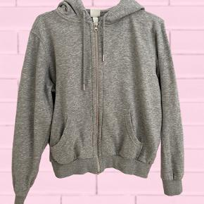 Super fin zip up hoodie fra h&m, brugt 1-2 gange, men fremstår helt som ny:) Nb: prisen er uden fragt, fragt er 37,-