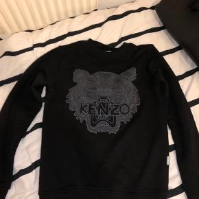 Sort kenzo sweatshirt. Str xs. Sælges i en hurtig handel. Prisen fortæller lidt om hvor ægte den er :)