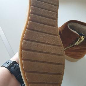 Fede varme støvler i ruskind.  Brugt max 3 gange