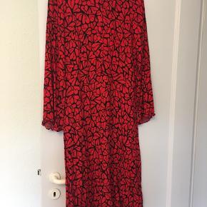 Flot medi kjole med store ærmer. Brugt 2 gange.
