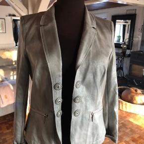Super smuk jakke fra Airfield sælges. Den fremstår som ny, da den aldrig har været brugt. Størrelsen er en L og nyprisen var 3000kr.  Pris 300kr