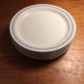 Fantastisk smukke middagstallerkner fra norske Figgjo Flint, Vitro porcelæn. Fint mønster, god størrelse, i meget god stand med få ridser. Køb alle 10 tallerkner for 500 kr.  Søgeord: middagstallerkener, tallerkener, vintage, stel, spisestel