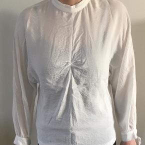 Fin bluse fra Mango, kun brugt to gange. Knap i nakken. Snor for enden af ærmerne.