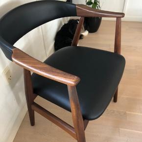 Flot stol, plejet med olie. Har lidt skrammer (se billedet)
