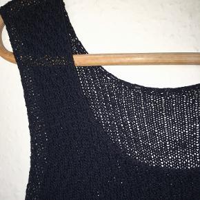 Fin top i strukturmønstret silke strik.  Brystvidde: 2 x 48 cm u. stræk Længde 68 cm.  Prisen er fast · Mængderabat · Bytter ikke :)