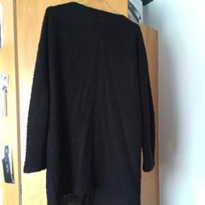 Sort cardigan med knapper 🧥 I god stand ✨ Størrelse: M 📏  Original pris: ca. 350 kr. 💰 Nu: 100 kr. 👌🏻 . #karolinesklædeskab
