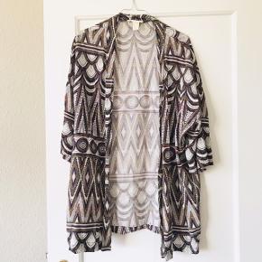 Rigtig fin kimono eller cardigan, med fedt mønster 🌈 virkelig fede farver. Fra H&M i str. S, men løst fit, så kan passes af de fleste størrelser.   Bemærk - afhentes ved Harald Jensens plads eller sendes med dao. Bytter ikke 🌸  ⭐️ Cardigan kimono bluse overdel skjorte åben