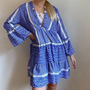 Super sød og feminin blå og hvid kjole.  Størrelsen er alt fra en Small til X-Large.  Koster 200 kr. eksl. Fragt 💙