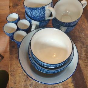 4 kopper, 10,5 cm 4 æggebægre  2 små skåle, 11,5 cm  2 mellem skåle 13,5 cm  1 stor skål, 19 cm   De er købt i Bahne.  Kan afhentes i Odense C.