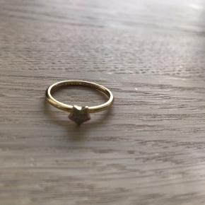 Feminin og smuk ring i forgyldt sterling sølv med matteret stjerne. Brug den alene eller skab din egen kombination med andre Christina fingerringe som du finder på min profil. 💍