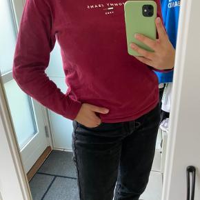 Sød langærmet T-shirt fra Tommy Hilfiger i str. L. Kan også passe en M.  Blusen er brugt nogle gange men har ingen tegn på slid🙂