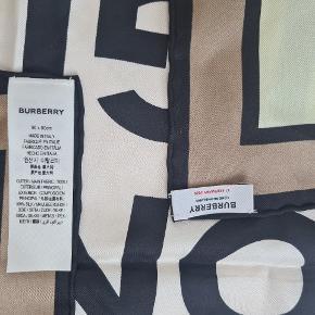 100% silke Burberry logo print tørklæde. 90×90. vip gave med dato. Silkepouch følger med. Helt sart  lysegrøn pastel og nougat-farvet. Prøvet på hjemme. Kan styles som hårpynt, sjal, bindes om taske mm.  Tænker ca 2000 - byd   #trendsalesfund