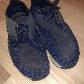 Har skader ved hullerne til snørebåndene på højre sko, se billede  Ellers ok stand