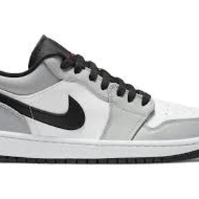 Har 3 par Jordan 1 low light smoke grey i str 42 til STEALLL  - Pris 1000 pr par send dm for billeder alt og følger med