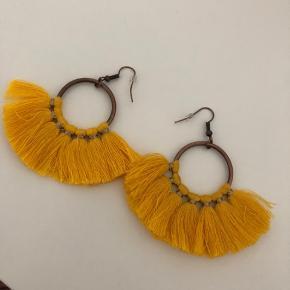 Har fået de her øreringe i gave, men de er desværre ikke lige mig. De er aldrig brugt. 🌸  Køb for over 150kr og få gratis fragt.🌸
