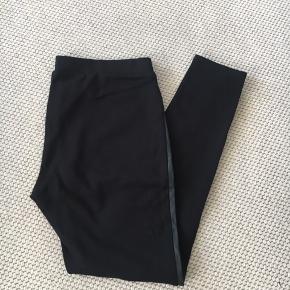 Leggings i lækker kvalitet. Viskose med læderlook på forsiden. Sidder rigtig godt. Meget anvendelige og de kam dresses op og ned.