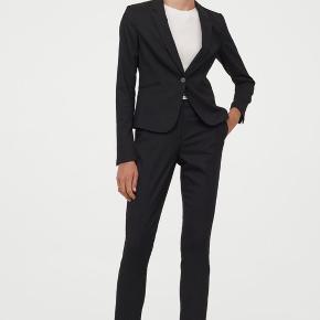 Sort habit jakkesæt fra H&m's premium kollektion.  Jakke: str 44  Bukser: str 44 Nøjagtig samme model som billederne her.   Sælges helst samlet.  Brugt 1 gang 🌺♻️