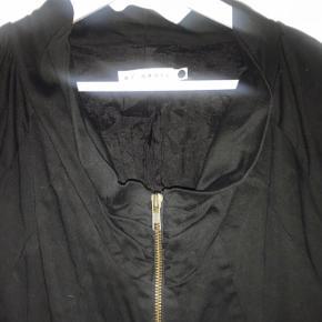 Skøn klassisk kjole. 96% bomuld, 4% elastan. Sidelommer og gennemgående lynlås (guldfarvet). 90 cm. lang og brystmål va. 2 x 53 cm.